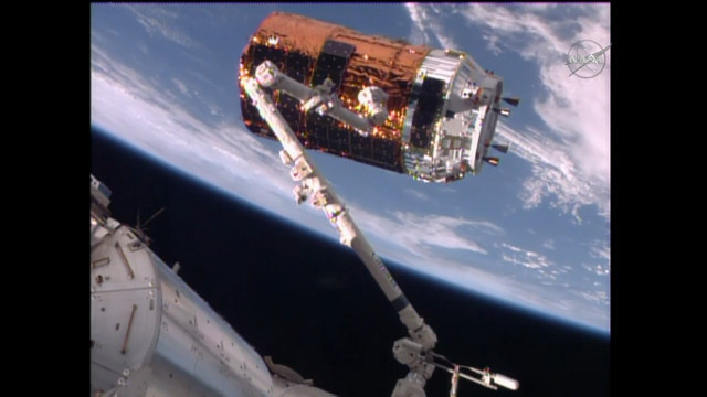Il cargo spaziale HTV-6 catturato dal braccio robotico della Stazione Spaziale Internazionale (Immagine NASA TV)