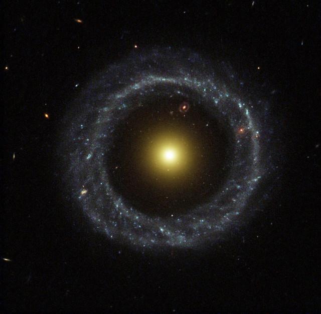 L'oggetto di Hoag (Foto R. Lucas (STScI/AURA), Hubble Heritage Team, NASA)
