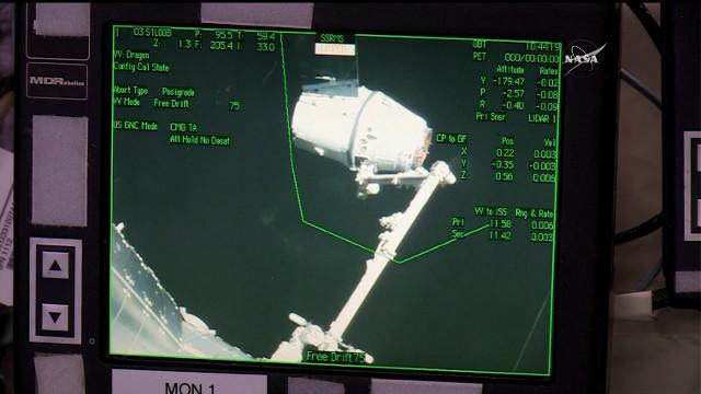 Il cargo spaziale Dragon di SpaceX catturato dal braccio robotico della Stazione Spaziale Internazionale (Immagine NASA TV)