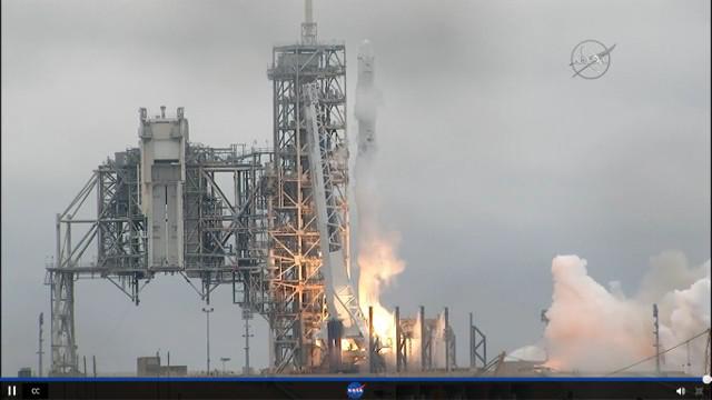 La navicella spaziale Dragon al momento del decollo su un razzo Falcon 9 nella missione CRS-10
