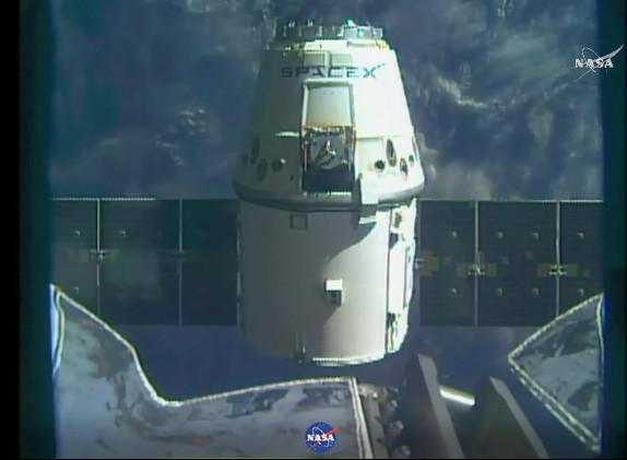 La navicella spaziale Dragon poco dopo aver lasciato la Stazione Spaziale Internazionale (Immagine NASA TV)