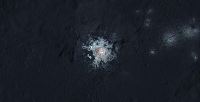 La grande macchia bianca al centro del cratere Occator (Immagine NASA/JPL-Caltech/UCLA/MPS/DLR/IDA/PSI/LPI)