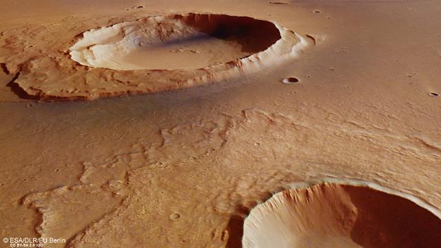 Vista in prospettiva del cratere Worcester (Immagine ESA/DLR/FU Berlin, CC BY-SA 3.0 IGO)