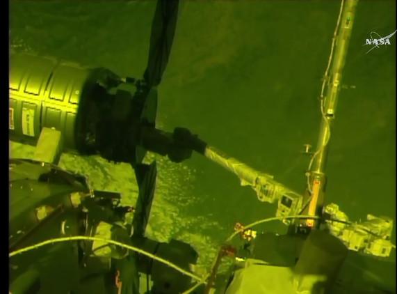 Il cargo spaziale Cygnus catturato dal braccio robotico della Stazione Spaziale Internazinoale nella missione Orb-7 (Immagine NASA TV)