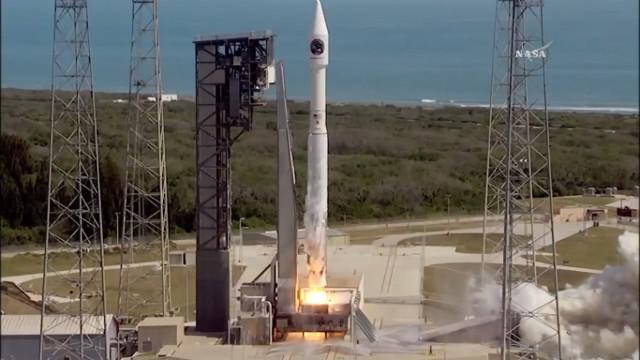 Il cargo spaziale Cygnus al decollo su un razzo Atlas V nella missione Orb-7 (Immagine NASA TV)