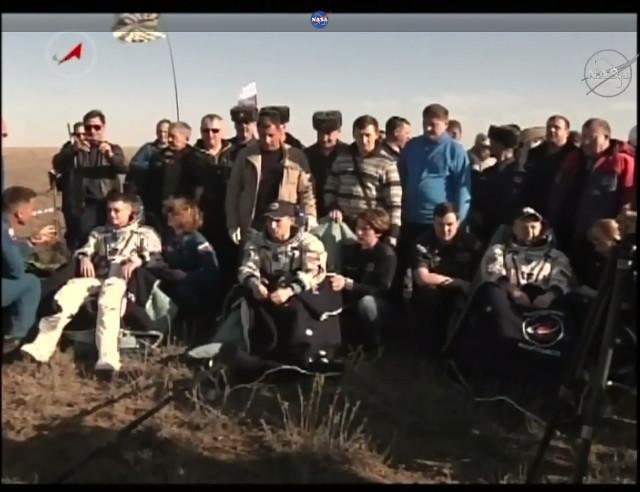 Shane Kimbrough, Sergey Ryzhikov e Andrey Borisenko assistiti dopo l'atterraggio (Immagine NASA TV)