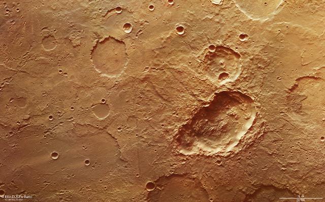 Il cratere triplo nella regione di Terra Sirenum su Marte (Immagine ESA/DLR/FU Berlin, CC BY-SA 3.0 IGO)