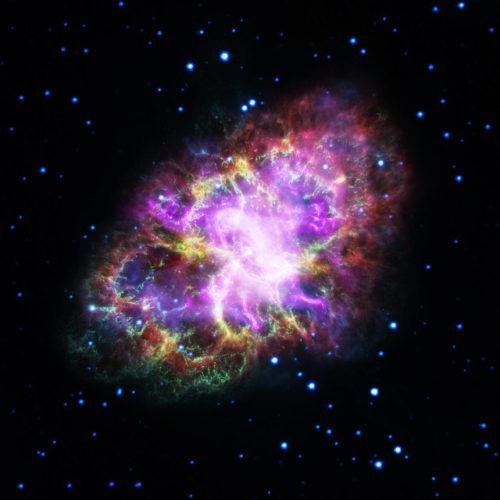 Immagine composita della Nebulosa del Granchio (Immagine NASA, ESA, G. Dubner (IAFE, CONICET-University of Buenos Aires) et al.; A. Loll et al.; T. Temim et al.; F. Seward et al.; VLA/NRAO/AUI/NSF; Chandra/CXC; Spitzer/JPL-Caltech; XMM-Newton/ESA; and Hubble/STScI)