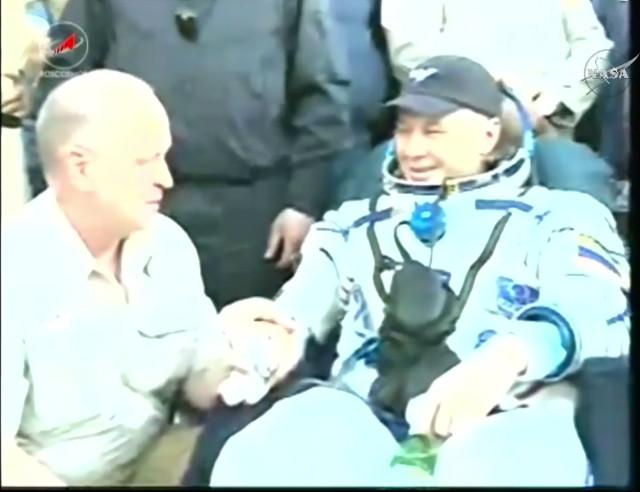 Oleg Novitskiy assistito dopo l'atterraggio (Immagine NASA TV)