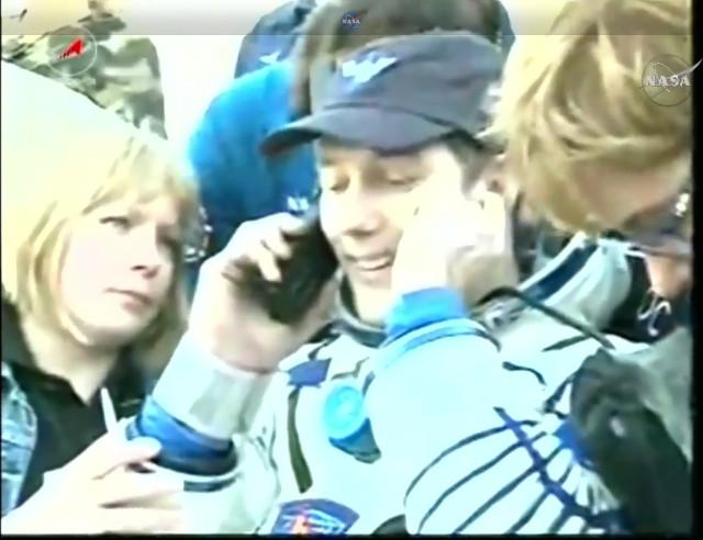 Thomas Pesquet assistito dopo l'atterraggio (Immagine NASA TV)