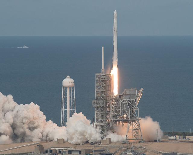 Il cargo spaziale Dragon al decollo su un razzo Falcon 9 (Foto NASA/Bill Ingalls)