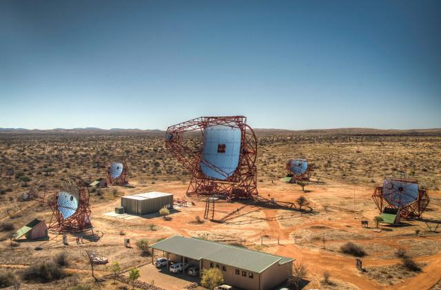 I 5 telescopi di H.E.S.S. (Foto H.E.S.S., MPIK/Christian Foehr)