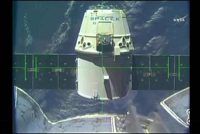 La navicella spaziale Dragon mentre lascia la Stazione Spaziale Internazionale (Immagine NASA TV)