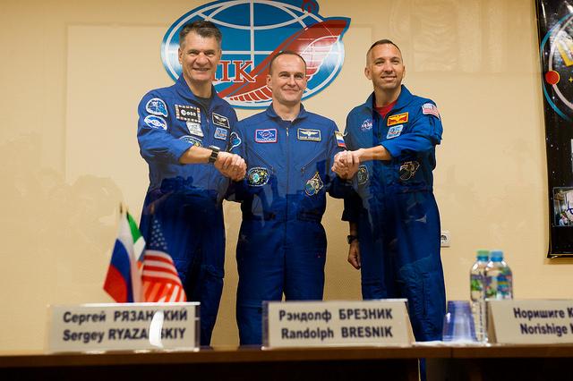 Paolo Nespoli, Randy Bresnik e Sergey Ryazanskiy a una conferenza stampa (Foto ESA–Manuel Pedoussaut)