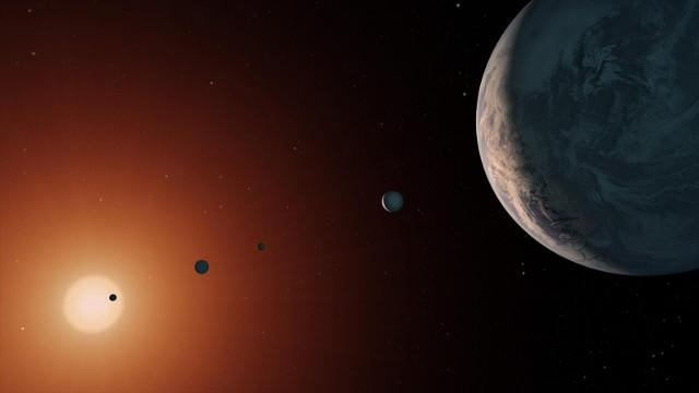 Concetto artistico del sistema di sistema di TRAPPIST-1 visto da una zona vicina a sistema di TRAPPIST-1f (Immagine NASA/JPL-Caltech)