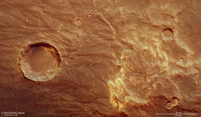 Le montagne di Thaumasia e Coracis Fossae (Immagine ESA/DLR/FU Berlin, CC BY-SA 3.0 IGO)