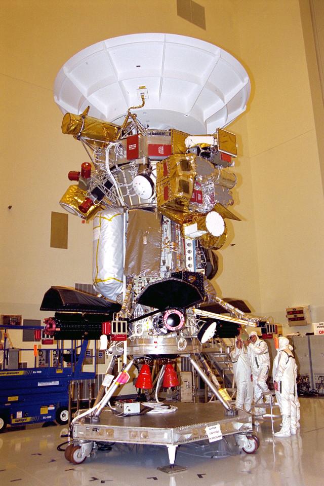 La sonda spaziale Cassini durante la preparazione (Foto NASA/JPL)