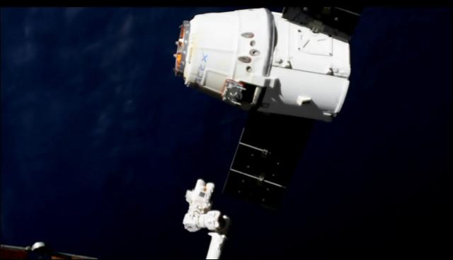 Il cargo spaziale Dragon mentre lascia la Stazione Spaziale Internazionale (Immagine NASA TV)