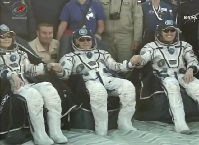 Peggy Whitson, Fyodor Yurchikhin e Jack Fischer dopo l'atterraggio (Immagine NASA TV)