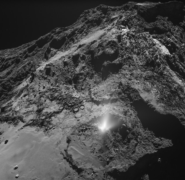 Pennacchio sulla cometa 67P/Churyumov-Gerasimenko (Immagine ESA/Rosetta/MPS for OSIRIS Team MPS/UPD/LAM/IAA/SSO/INTA/UPM/DASP/IDA)
