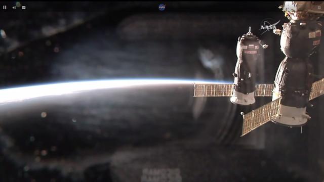 Il cargo spaziale Progress MS-7 mentre si avvicina alla Stazione Spaziale Internazionale (Immagine NASA TV)