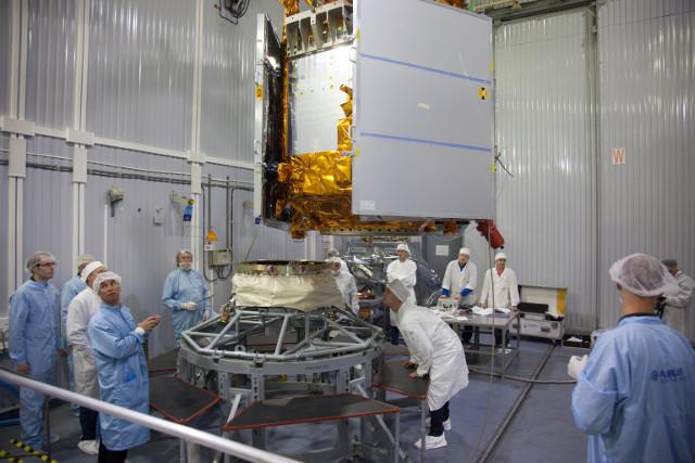 Il satellite Sentinel-5P durante la preparazione (Foto ESA)