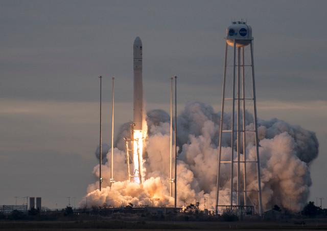 Il cargo spaziale Cygnus al decollo su un razzo Antares (Foto NASA/Bill Ingalls)