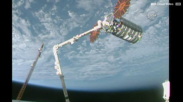 Il cargo spaziale Cygnus Gene Cernan catturato dal braccio robotico Canadarm2 (Immagine NASA TV)