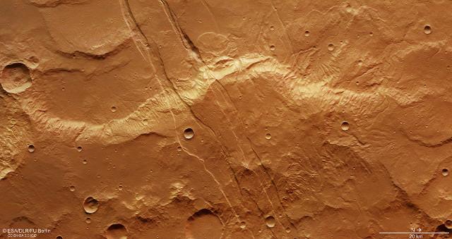 Fratture nelle Sirenum Fossae (Immagine ESA/DLR/FU Berlin, CC BY-SA 3.0 IGO)