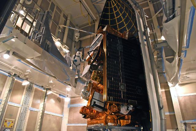 Il satellite JPSS-1 durante la preparazione per il lancio (Foto NASA/USAF 30th Space Wing)