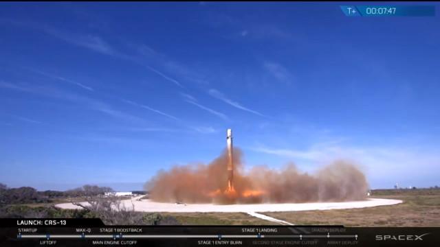 Il primo stadio del razzo Falcon 9 mentre atterra dopo aver iniziato la missione CRS-13 (Immagine cortesia SpaceX)