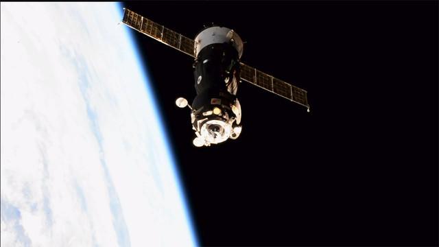 La navicella spaziale Soyuz MS-05 dopo aver lasciato la Stazione Spaziale Internazionale (Immagine NASA TV)