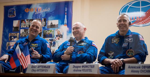Ricky Arnold, Oleg Artemyev e Drew Feustel (Foto NASA/Joel Kowsky)