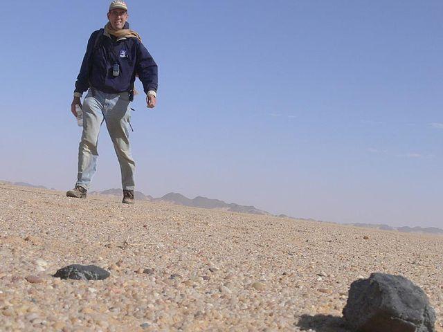 L'astronomo Peter Jenniskens con un frammento del meteorite di Almahata Sitta (Foto NASA / SETI / P. Jenniskens)