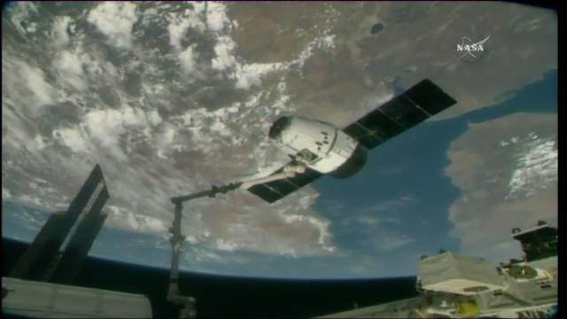 Il cargo spaziale Dragon catturato dal braccio robotico Canadarm2 della Stazione Spaziale Internazionale (Immagine NASA TV)