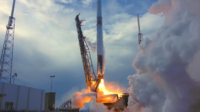 La navicella spaziale Dragon inizia la missione CRS-14 decollando su un razzo Falcon 9 (Foto NASA)