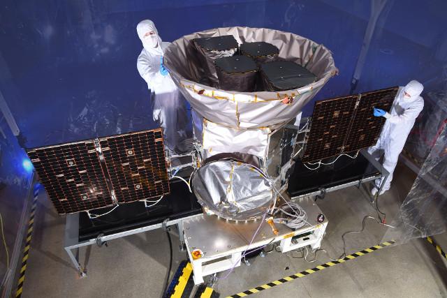 Il telescopio spaziale TESS durante i preparativi (Foto NASA)