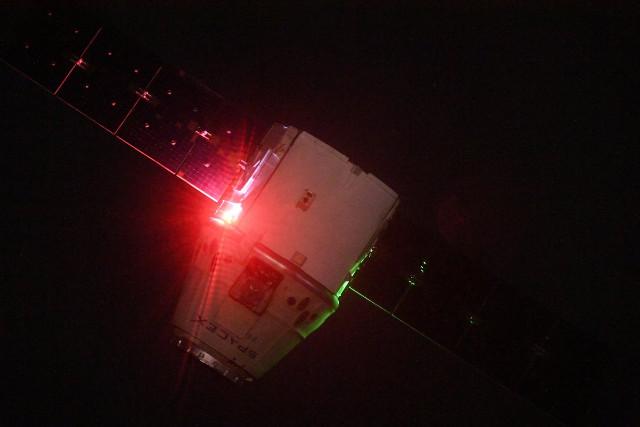Il cargo spaziale Dragon subito dopo aver lasciato la Stazione Spaziale Internazionale (Foto cortesia Oleg Artemyev)