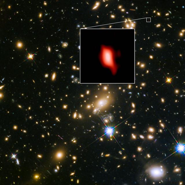 L'ammasso galattico MACS J1149.5+2223 e nel riquadro la galassia MACS1149-JD1
