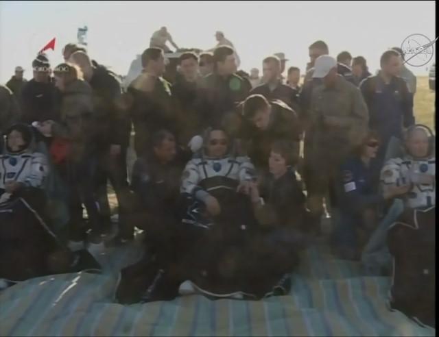Norishige Kanai, Anton Shkaplerov e Scott Tingle assistiti dopo l'atterraggio (Immagine NASA TV)
