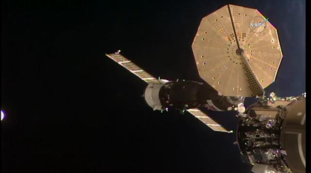 La navicella spaziale Soyuz MS-09 durante la manovra di attracco alla Stazione Spaziale Internazionale (Immagine NASA TV)