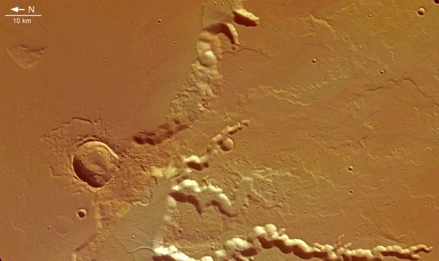 Porzione delle Medusa Fossae vista da Mars Express (Immagine ESA/DLR/FU Berlin (G. Neukum), CC BY-SA 3.0 IGO)