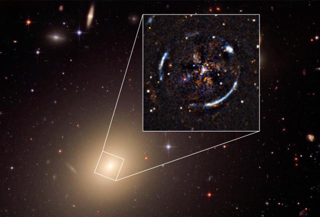 La galassia ESO325-G004 e l'annello di Einstein (Immagine ESO, ESA/Hubble, NASA)