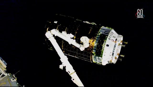 """Il cargo spaziale HTV-7 """"Kounotori"""" catturato dal braccio robotico Canadarm2 (Immagine NASA TV)"""