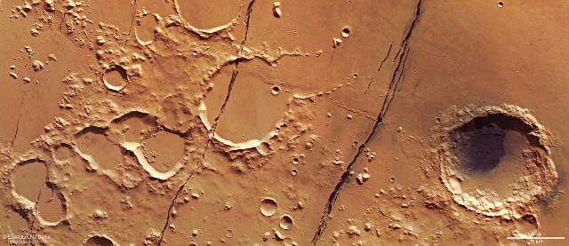 Le Cerberus Fossae (Immagine ESA/DLR/FU Berlin, CC BY-SA 3.0 IGO)