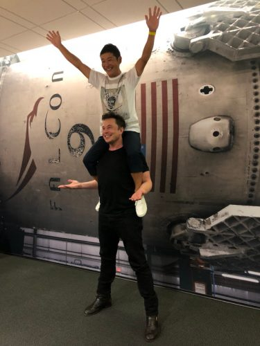 Yusaku Maezawa sulle spalle di Elon Musk (Immagine cortesia Elon Musk. Tutti i diritti riservati)