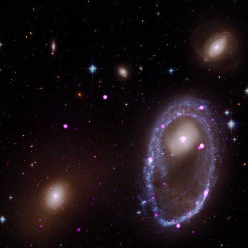 Una galassia ad anello con molte sorgenti di raggi X ultraluminose