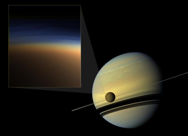 Saturno e Titano con l'atmosfera della luna nel riquadro (Immagine NASA Jet Propulsion Laboratory, Space Science Institute, Caltech)