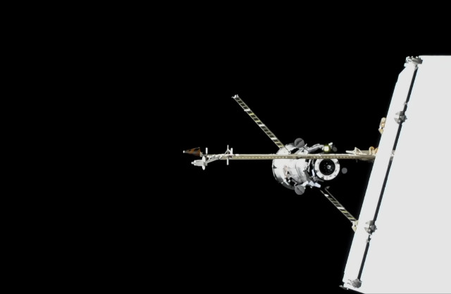 Il cargo spaziale Progress MS-10 mentre si avvicina alla Stazione Spaziale Internazionale (Immagine NASA TV)