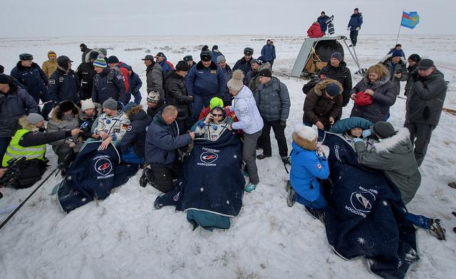 Alexander Gerst, Sergey Prokopyev e Serena Auñón-Chancellor dopo l'atterraggio (Foto NASA/Bill Ingalls)